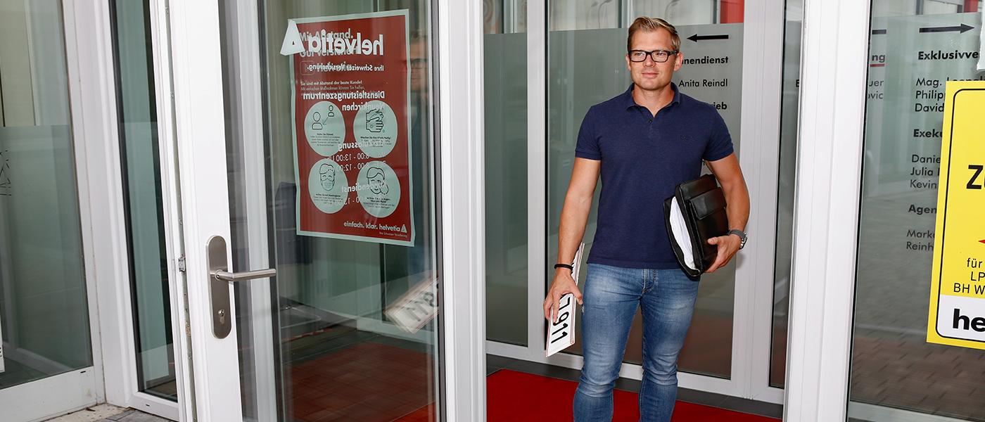 VAAJ | Foto Jürgen Auer beim Büroeingang